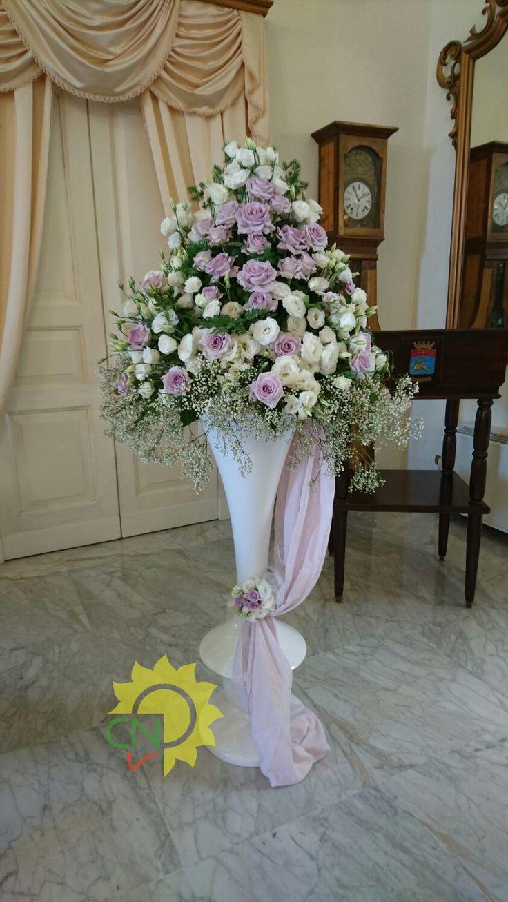 Cesto di fiori con vaso alto bianco con rose glicine e for Composizioni fiori finti per arredamento