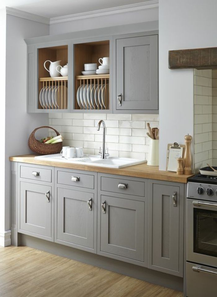 couleur qui va avec le gris, cuisine moderne style épuré, placards gris, évier blanc et comptoir en bois