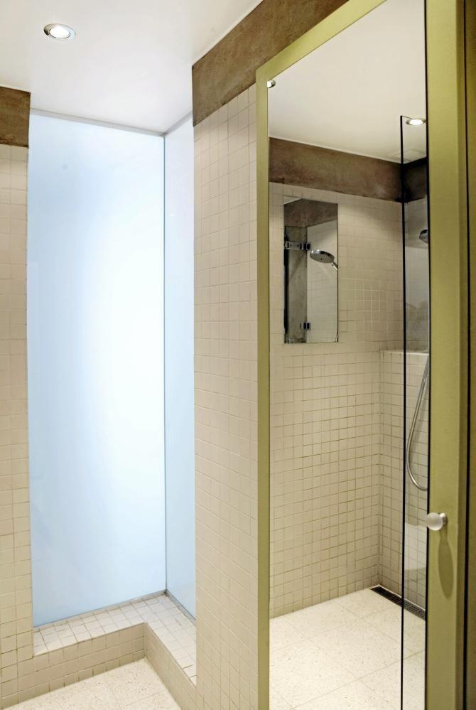 ØKER ROMFØLELSEN: Uten vinduer blir badgjerne kompakte. Men det ...
