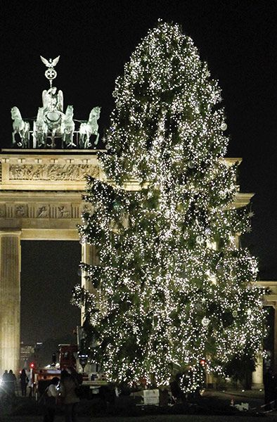 °·.¸.·°¯°·.¸.·°¯°·.¸.-> Ƚ¤√£ çȟȑȋ§țɱå§ țȑ££§ <-.¸.·°¯°·.¸.·°¯°·.¸.·°Credit: Fabrizio Bensch/Reuters An illuminated tree stands in front of the Brandenburg Gate in Berlin.