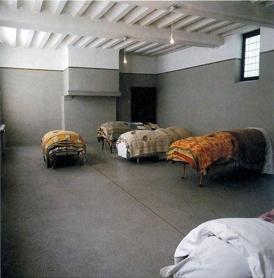 er waren veel te weinig bedden in het gekkenhuis waardoor veel blinden op de grond moesten slapen