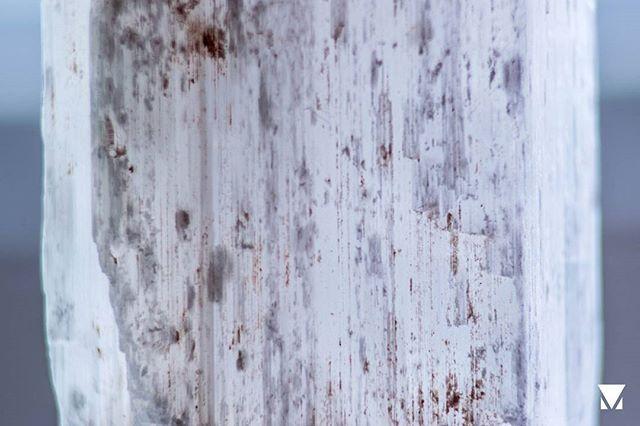19 days of crystals Day 4: Gypsum ___ @AppLetstag #crystal #jewelry #crystals #healing #accessories #stone #gemstone #gem #sparkle #mineral #stones #art #energy #magic #nature #blue #crystalhealing #macro #macrophotography #closeup #macroshot #macro_captures #photooftheday #19daysofcrystals #metal #gypsum #glass #transparent #sharp
