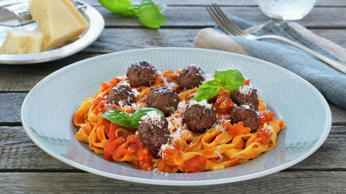 Kjøttboller med tomatsaus og pasta - Familien - Oppskrifter - MatPrat