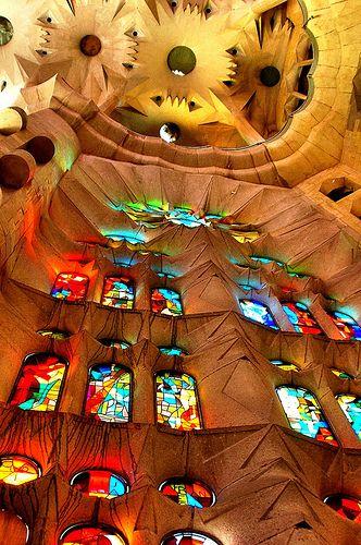 La Sagrada Familia. El juego de luz con estos cristales tan coloridos es precioso.