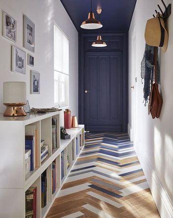 ナチュラルカラーにブルー系の差し色を加えたカラーミックスなヘリンボーン床。  インテリア全体の色を合わせる事でまとまりのある空間になります。
