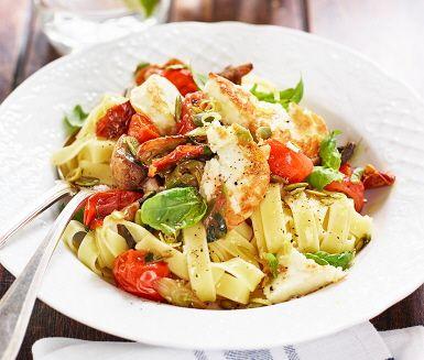 En enkel rätt med lyxkänsla får du om du serverar pasta med halloumi, tomat och basilika. Här sauteras ingredienser som svamp, soltorkade tomater och halloumin tillsammans i en het gryta. Där skalet och saften från en citron bidrar till en syrlig karaktär. Avnjut med tagliatelle och lite ruccola.