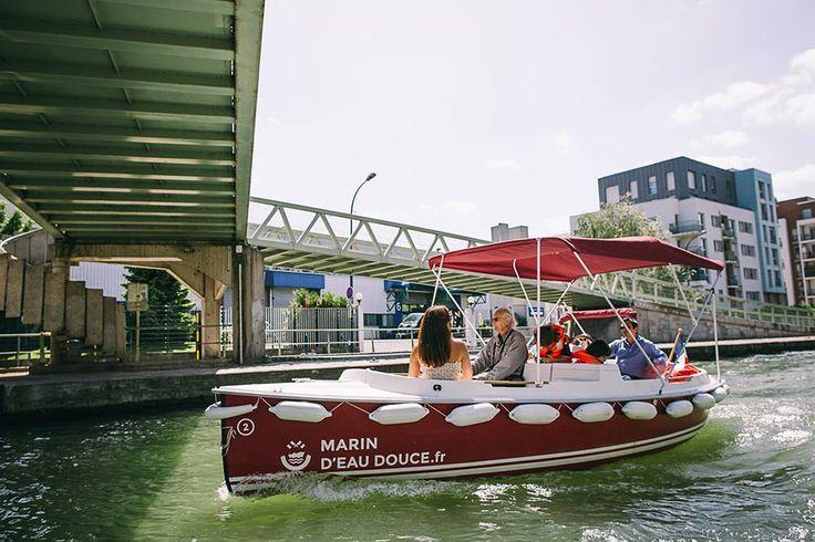 Tarifs location de bateau électrique sans permis (1H : 40 €, 2H : 70 €) = 8 € par personne pour une balade découverte d'une heure en famille sur le bassin de la Villette à 5 personnes !