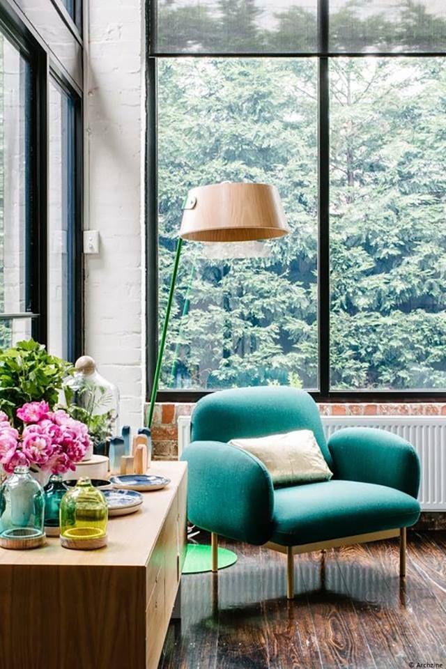 Un fauteuil vert dans le salon