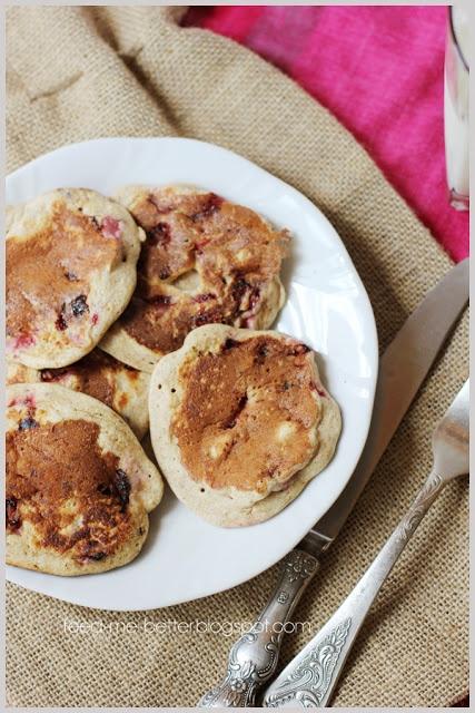 Feed Me Better: Placuszki pełnoziarniste z truskawkami.