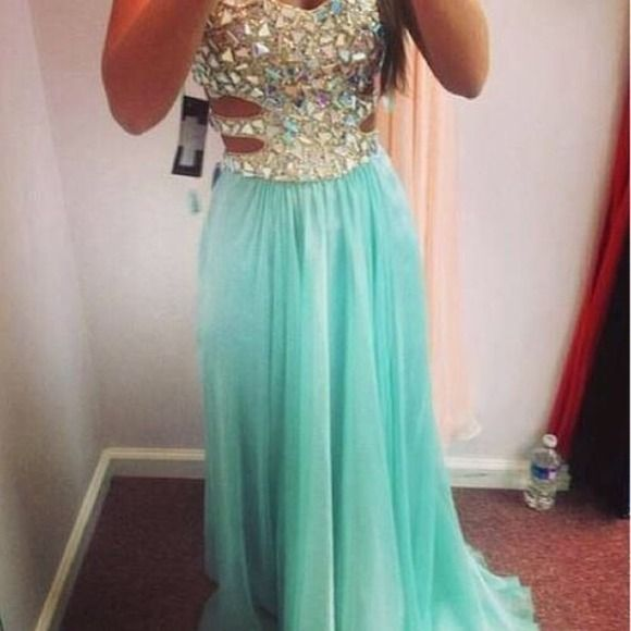 tiffany blue/turquoise prom or homecoming dress! in great condition, only worn twice (prom & then once for senior pictures) none of the diamonds are missing. my cover photo is the same cover photo from the same website I bought it of off (brand new off etsy) MAKE AN OFFER! I'm always willing to negotiate ☺️ no alterations were made on the dress either. Dresses