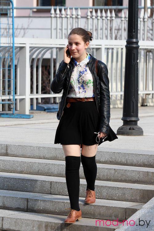 Весенняя мода на улицах Минска. Апрель. Часть 2 (наряды и образы на фото: чёрные гольфины, чёрная юбка, коричневые ботинки, коричневый ремень, чёрная кожаная куртка, белая цветочная блуза)