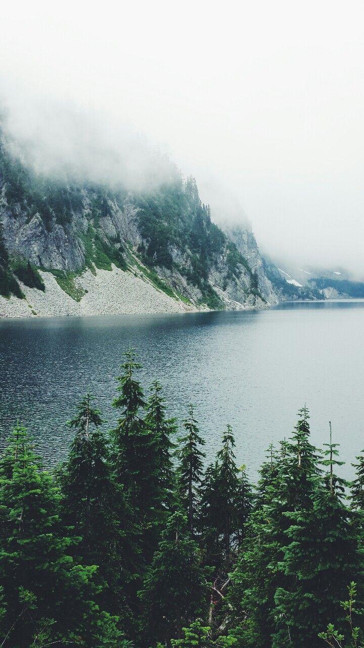 Cô đơn không giống như cô độc. Cô độc có nghĩa là cạnh mình không có ai, còn cô đơn lại là một loại trạng thái tâm lý. Nói cách khác, khi ở trong vòng tay của những người thân quen, chúng ta không hề cô độc. Nhưng chưa chắc đã không cô đơn. Cảm giác cô đơn đó như thể một ngọn núi, mỗi người đứng trên một ngọn khác nhau. Chúng ta đều biết rõ ngọn núi của đối phương trông như thế nào, nhưng lại không nắm được hình dáng của ngọn núi mà mình đang đứng.