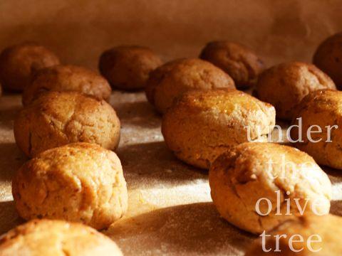 #recept #herfst #koekjes met #noten Nu het volop herfst is en buiten lekker koud dan wordt het voor mij tijd om kastanjes in huis te halen. In Portugal staat 11 november, ofwel Sint Maarten, helemaal in het teken van geroosterde kastanjes. De traditionele manier is in de open haard, in een aardewerken pot met kleine gaten aan de onder kant. Daarna kun je ze pellen en op eten of deze lekkere koekjes maken!