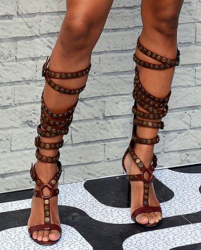 sandalia com tira alta e spike e salto fino