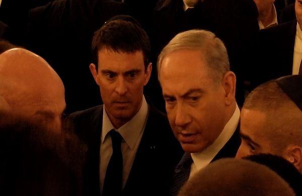 """Manuel Valls lors de la cérémonied'hommage aux quatre victimes juives de la prise d'otage de Vincennes, à la Grande synagogue de la Victoire à Paris, semble rejoindre Dieudonné dans une """"schizophr..."""