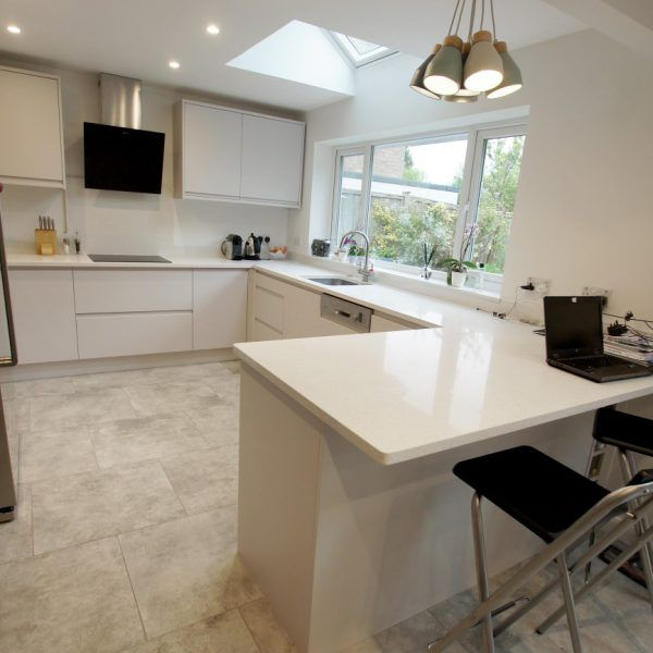 This U shape kitchen has the ideal breakfast bar situated on the end. It is finished off with the Bianco Stella.