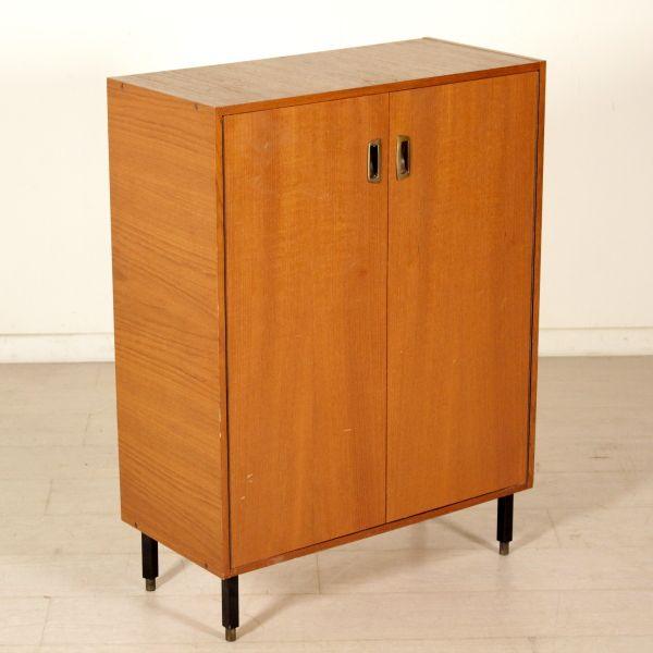 Mobile anni 60; legno impiallacciato teak, gambe in metallo.