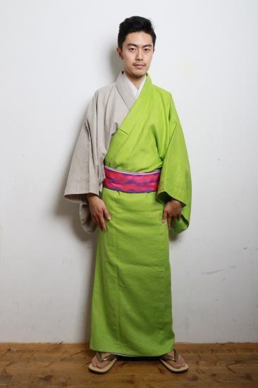 ROBE JAPONICAはデザイナー上岡太郎が手掛けるメンズ着物(きもの)ブランドです。日本の民族衣装「きもの」に現代的ファッション感覚を取り入れ、アクリル下駄をはじめ、かんざしや浴衣などオリジナルデザインを展開しています。