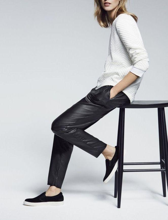 Combineer de slip on sneakers met een leren broek voor een minimalistische en modebewuste stijl.
