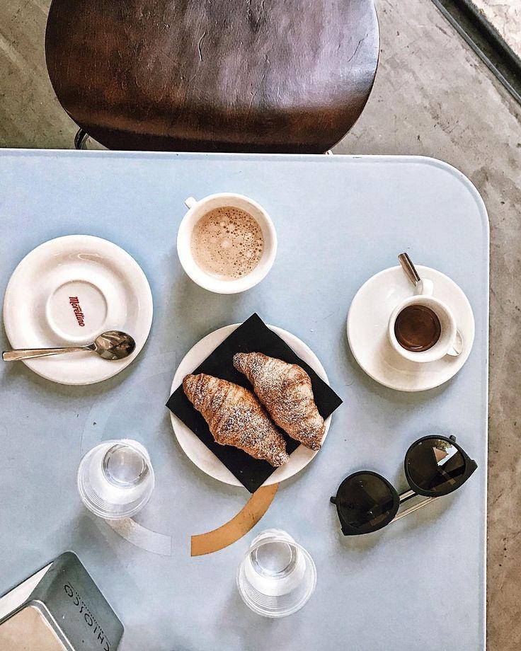 I giorni del caffè caldo e dei cornetti che si sfaldano tra le labbra. I giorni di quei sorrisi un po' timidi e un po' pensati. Si pensa alla felicità? I giorni in cui il cielo è l'unico limite che c'è. E se non ci sono quelli, allora, si può credere in tutto.  #foodvsco #foodtography #foodgraphy #heresmyfood #gloobyfood #thekitchn #thefeedfeed