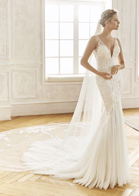 Menyasszonyi Ruha Kollekcio Ahol Klasszikus Anyagokkal Csipkevel Es Himzessel Otvozik Az Elegans Wedding Dresses Elegant Bridal Gown Wedding Dress Boutiques