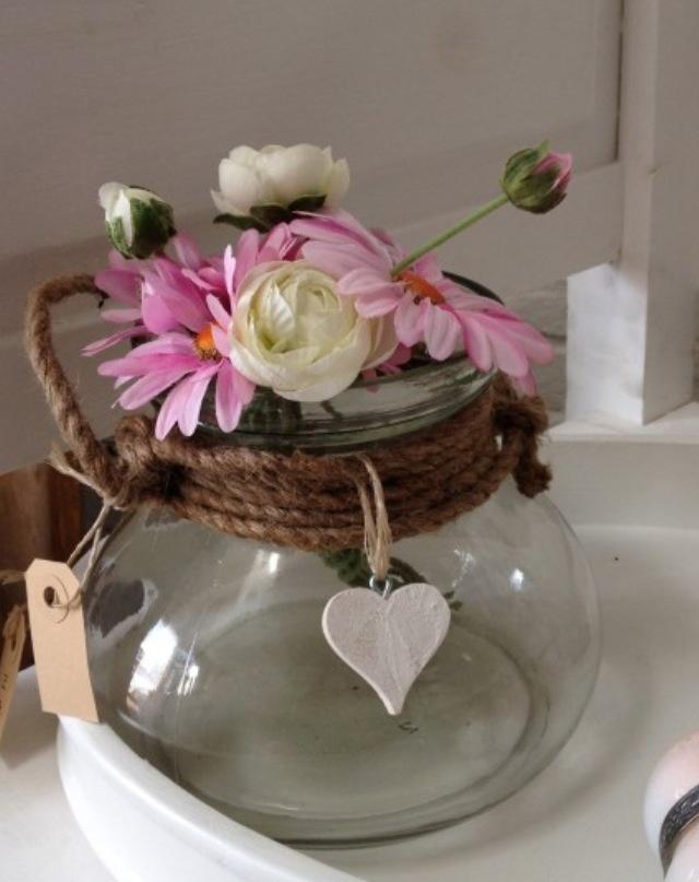 Decoratie bloemen in glazen pot