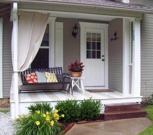 Дизайн веранды с полосатым полом, шторами и скамьей