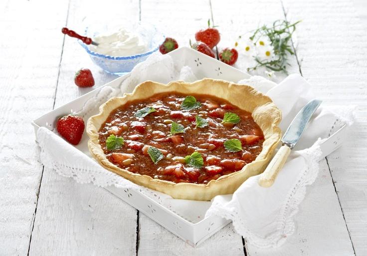Denne gode jordbær - og rabarbrapai bør du absolutt prøve...