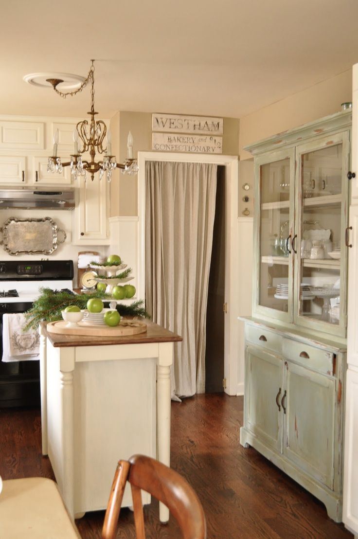 antique white kitchen :