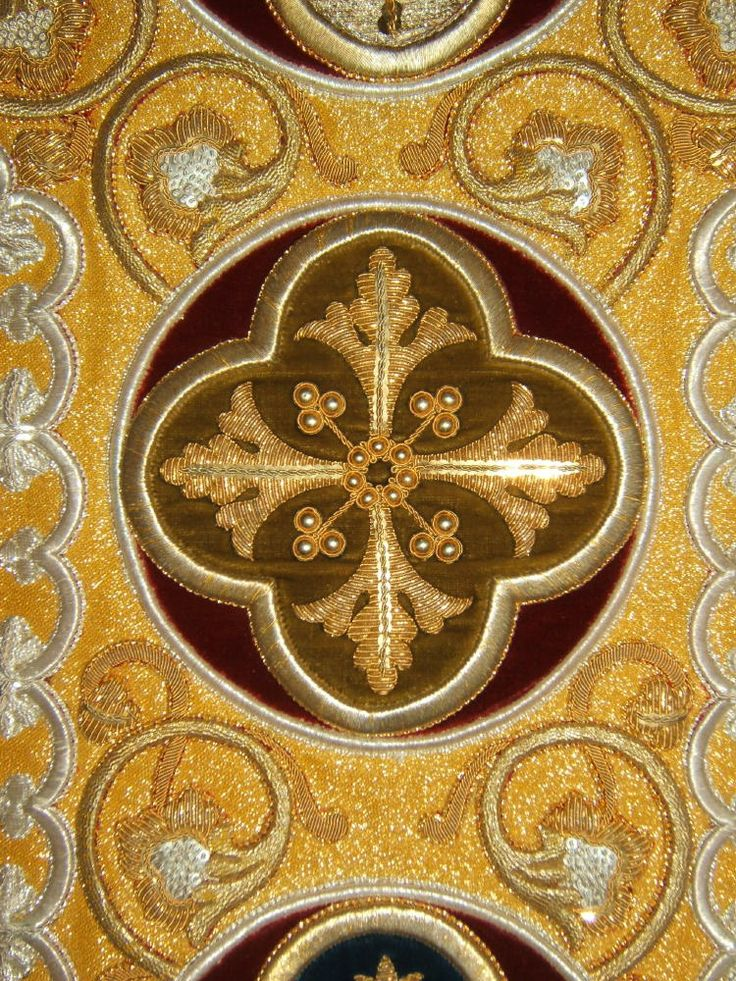 http://www.luzarvestments.co.uk/lmsgold_pages/3863h%20Gold%20Roman%20Vestment.jpg
