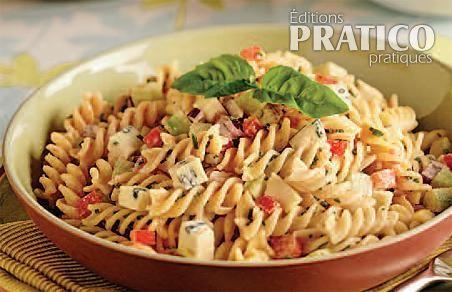 Cette salade de pâtes plaira aux amateurs de fromage bleu. Le goût typique du gorgonzola se mélange parfaitement avec la crème, le yogourt et le pesto aux tomates séchées qu'on retrouve dans ce plat de pâtes à déguster froid.