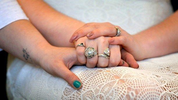 Женщины чаще вступают в однополые браки, чем мужчины