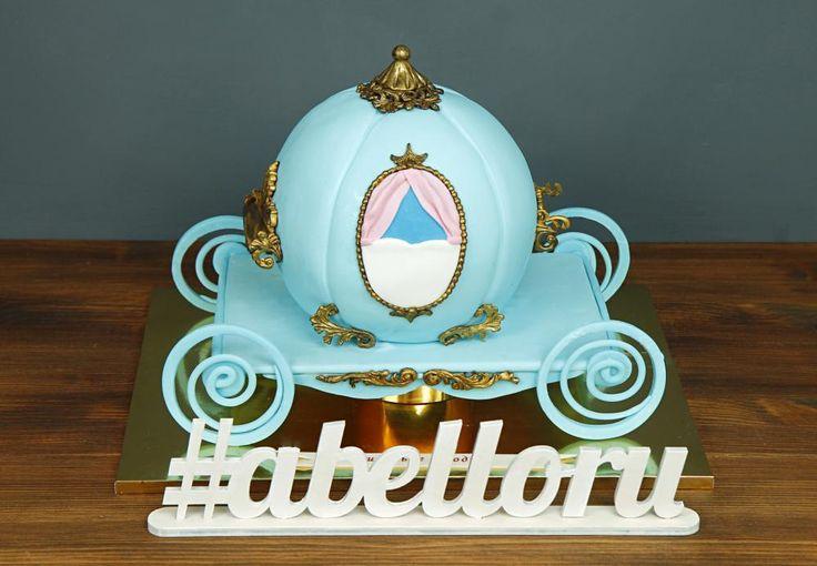 """Детский торт """"Карета принцессы""""  Торт #каретапринцессы просто идеален ко Дню Рождения маленькой принцессы👸 Девочки от него будут просто в восторге. Такой десерт станет волшебным сюрпризом для любительницы сказок😍  Оригинальный тортик в виде кареты можно заказать от 3-х кг всего за 2850₽/кг.  Специалисты #Абелло готовы помочь с выбором красивого и качественного десерта по любому поводу по единому номеру: +7(495)565-3838 Телефон/WhatsApp/Viber. Наш сайт с примерами работ www.abello.ru…"""