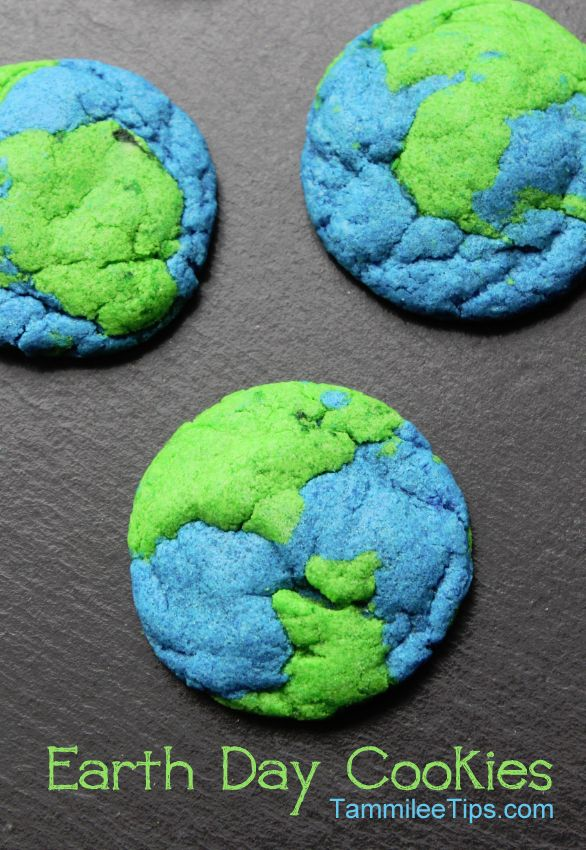 Earth Day Cookies. How clever! These are so easy but they look absolutely perfect! Cute for an Earth Day party or to send to school (just remember any allergies that kids might have)