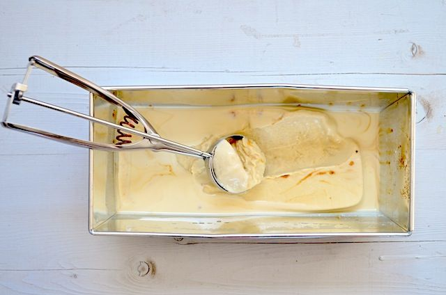 Dit is het meest waanzinnige en simpele ijsrecept wat ik ooit gegeten heb, dulce de leche ijs maak je zonder ijsmachine.