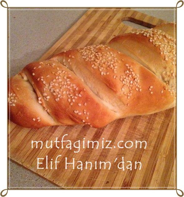 Elif Hanım'ın makinesiz süper ev ekmeği tarifi: malzemeler: 2 bardak su 2 yemek kaşığı maya 2 yemek kaşığı şeker 2 yemek kaşığı sıvı yağ 2 çay kaşığı tuz 5 veya 5 bucuk bardak un.. yapımı: Makinem yok elde yoğurdum. Malzeme büyük bir ekmek çıkarır ben küçük 2 ekmek yaptım. Şekli verdikten sonra keskin bir bıçakla…