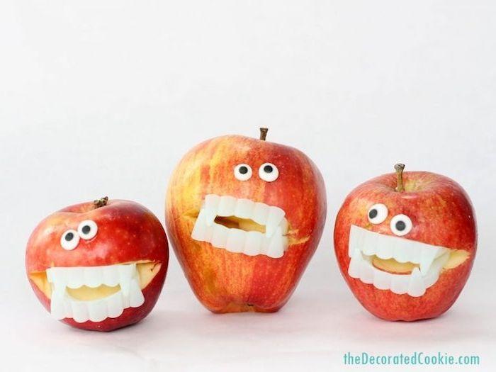 idée de pommes avec des dents vampire artificiels et des yeux mobiles, activité halloween maternelle