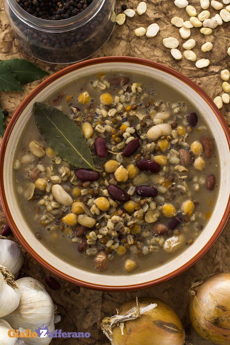 La #ZUPPA DEL CONTADINO (peasant soup) è un caldo primo piatto dal gusto intenso di #verdure di stagione, cereali e legumi, per le fredde sere d' #autunno. #ricetta #GialloZafferano #italianrecipe