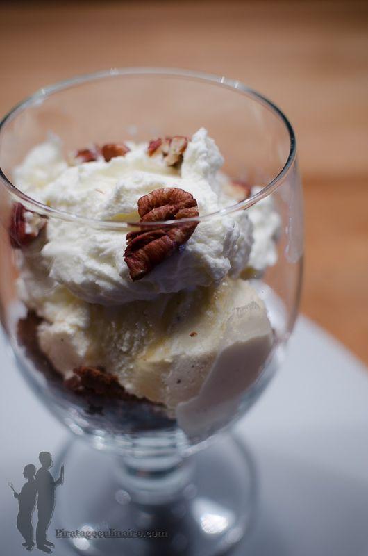 Coupe glacée au brownie et aux noix de pécan | Piratage Culinaire