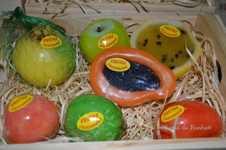 Caixote de frutas contém: mexirica, maçã, maracujá, mamão papaya, pêssego, limão e manga. #handmadesoap