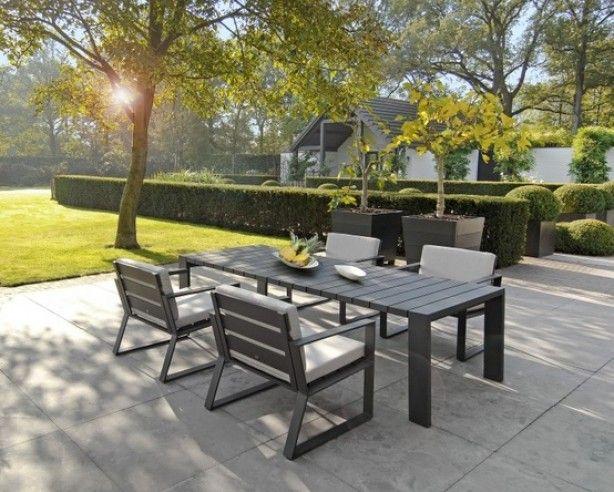 Lage tuinset op terras met grote grijze tegels