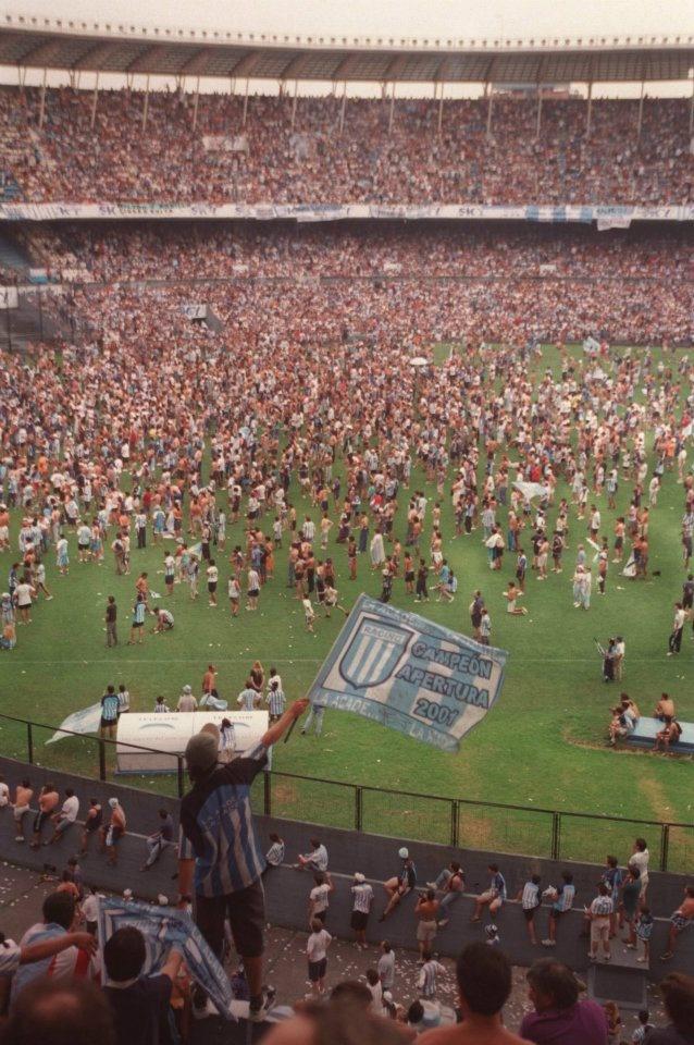 Racing Campeón Apertura 2001 - Los hinchas que no pudieron estar en el Estadio de Vélez Sarsfield, colmaron el Cilindro de Avellaneda para festejar el campeonato.