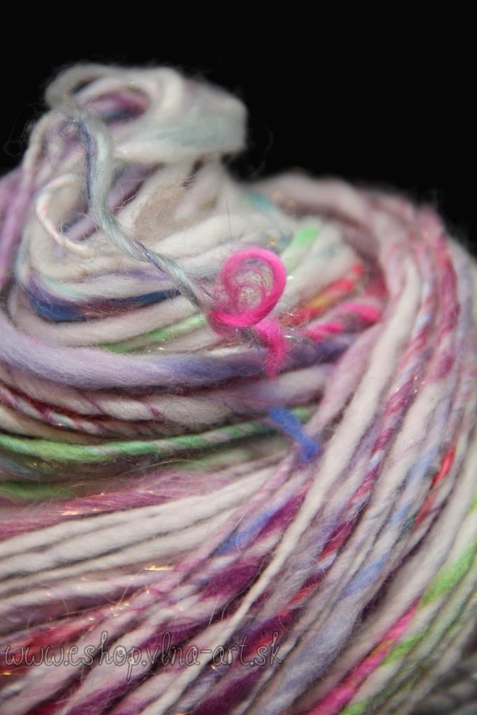 1_2_vlna_rucne_pradena_handspun_kolovratok_farbena_art_yarn_hand_spinning_dyed_singels_yarn_vlna-art.sk_1