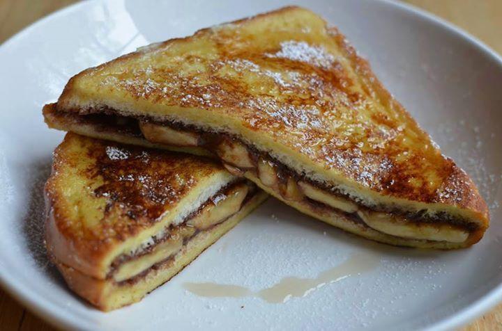 Ingrédients pour 4 personnes: – 8 tranches de pain de mie – Quantité souhaitée de Nutella ou autre pâte à tartiner – 4 bananes – 2 œufs – 120 ml de lait – 40 g de beurre – Cassonade Préparation : Commencez par retirer la croûte des tranches de pain de mie Tartinez vos