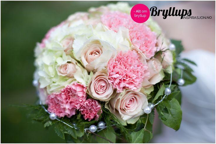 Sart rosa roser i denne vakre brudebuketten med perlebånd.
