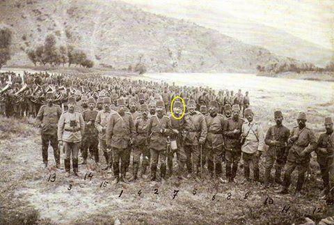 """Atatürk 1911 yılında cephede diğer subaylarla görünüyor. Yunan ve Bulgar ayaklanmaları döneminde Mustafa Kemal'in genç bir subayken silah arkadaşlarıyla Balkanlar'da bir molada görüntülendiği fotoğrafın bilgi notunda Atatürk """"5. Kolordu Erkan-ı Harbiye Şube-1 memuru Erkan-ı Harp Kolağası (Kıdemli Kurmay Yüzbaşı) Selanikli Mustafa Kemal Bey"""" ifadesi ile tanıtılıyor. Subayların bir arada çektirdiği fotoğrafın arka planında ise kumanda altındaki askerlerle birlikte üflemeli enstrümanlar…"""
