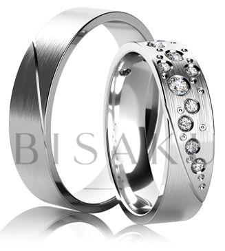 K21 Tyto prsteny jsou výjimečné svým nezaměnitelným charakterem. Jakmile je jednou spatříte, už na ně nikdy nezapomenete. Dámy potěší snubní prsten posetý rozdílně velikými kameny, po vzoru hvězd na noční obloze. Nezbývá nic jiného než se společně zasnít.  #bisaku #wedding #rings #engagement #svatba #snubni #prsteny