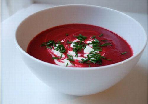 Fyldig, velsmagende og nærende rødbedesuppe med Skyr. Denne rødbedesuppe smager fantastisk dejligt. Suppen er let at lave og serveres med et stykke brød.