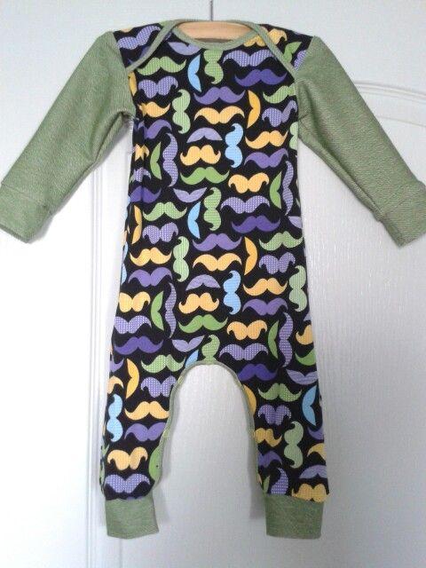 Jumpsuit van Riley Blake snorren jersey en groene jeans tricot mouwen en boorden.