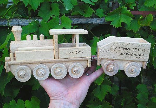 Dárek, ruční výroba vláček, dřevěné hračky s textem na přání. SKLADEM eshop www.soly.cz